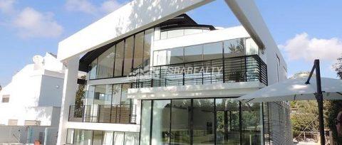 Изящная двухэтажная вилла в Герцлии