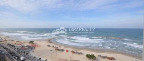Трехкомнатная квартира на морском побережье в Тель-Авиве