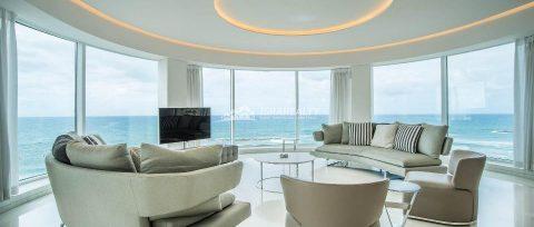 Фешенебельная четырехкомнатная квартира у моря в Тель-Авиве