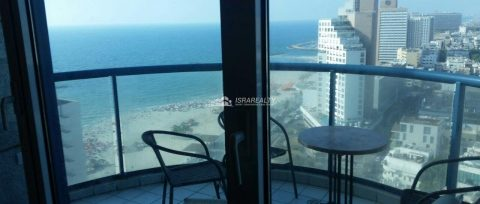 Трехкомнатная квартира с ремонтом у моря в Тель-Авиве